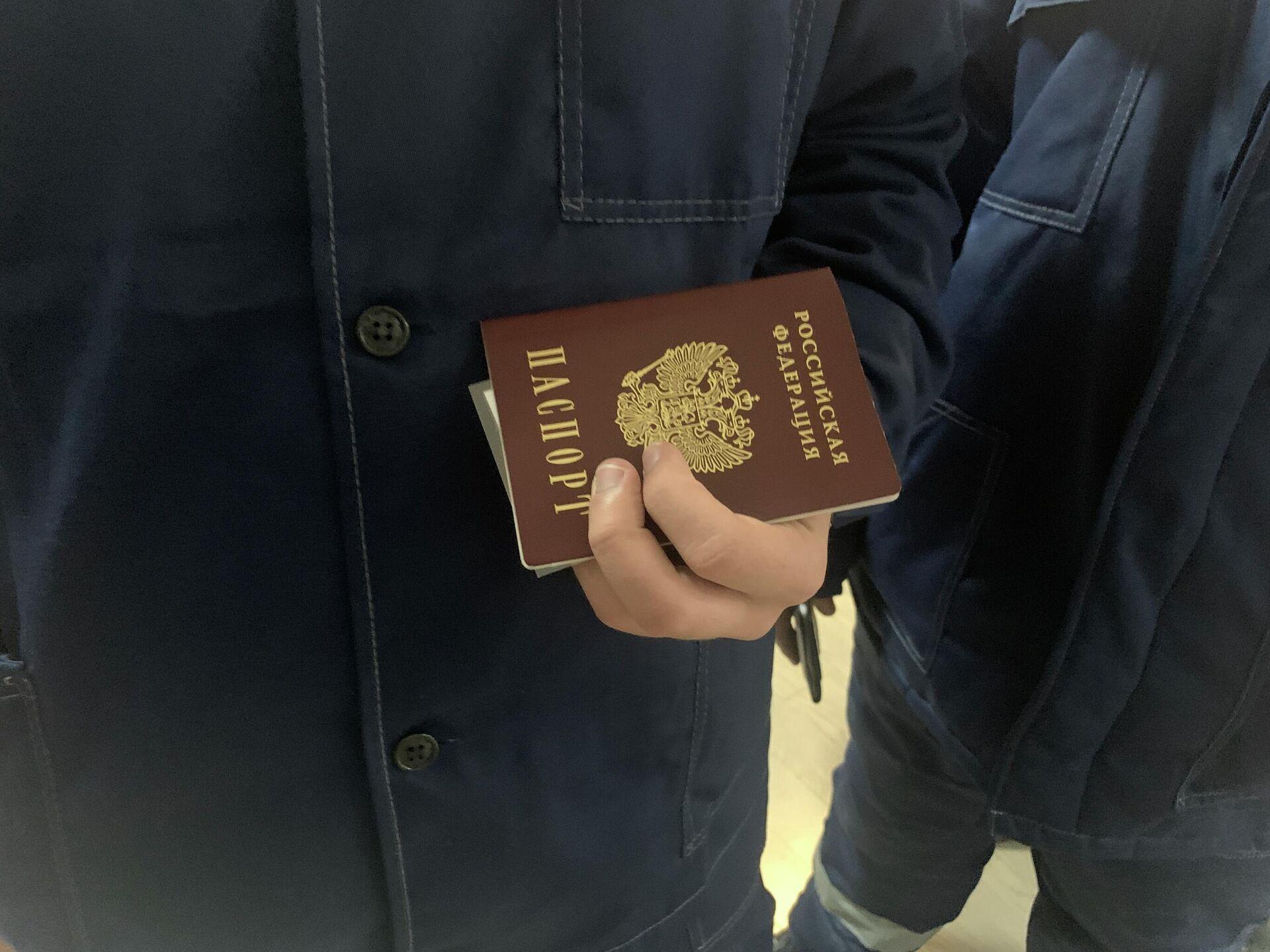 Российский избиратель с паспортом - Sputnik Беларусь, 1920, 18.09.2021