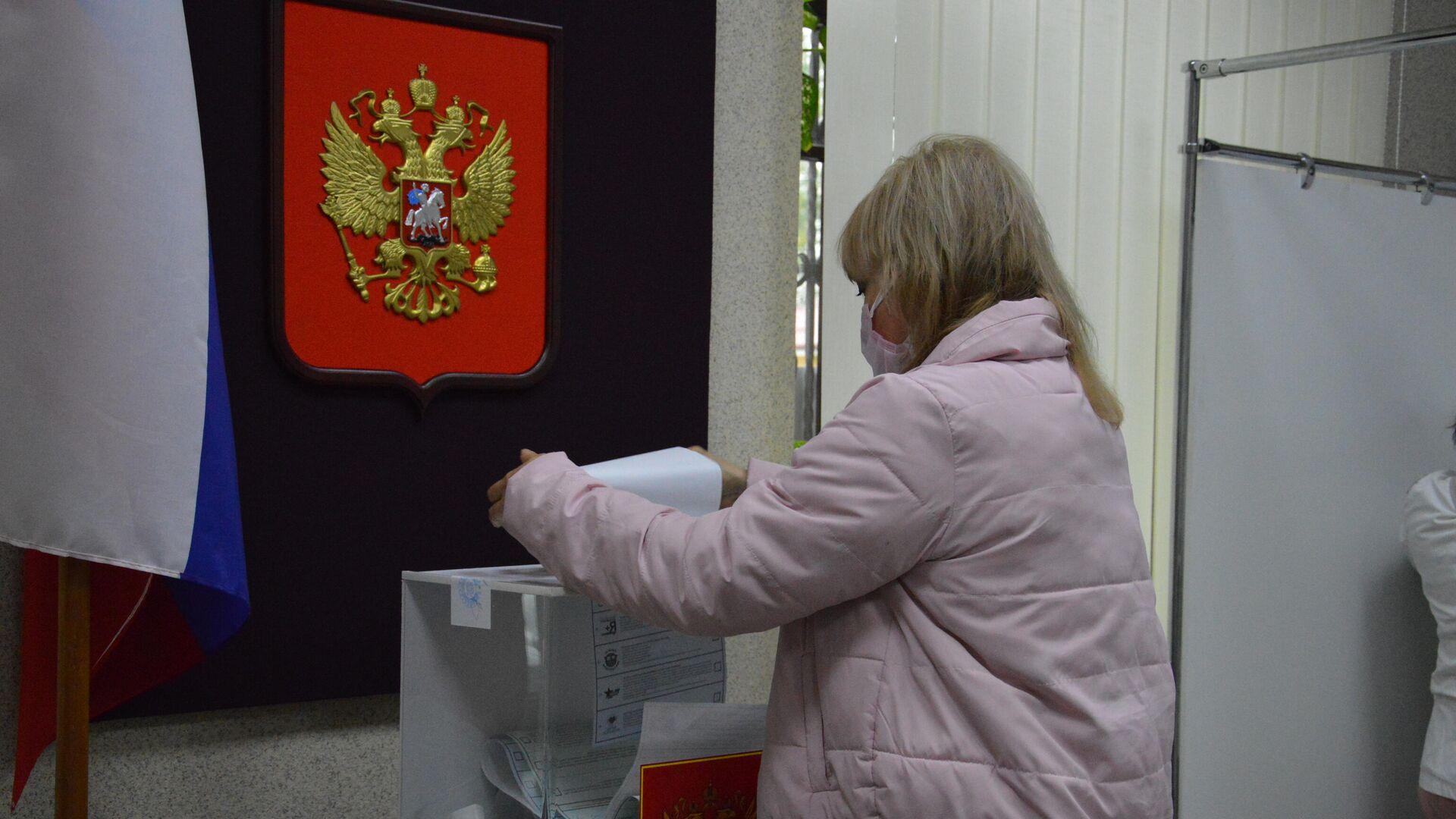 Голосование на выборах в Госдуму на участке в Бресте - Sputnik Беларусь, 1920, 19.09.2021