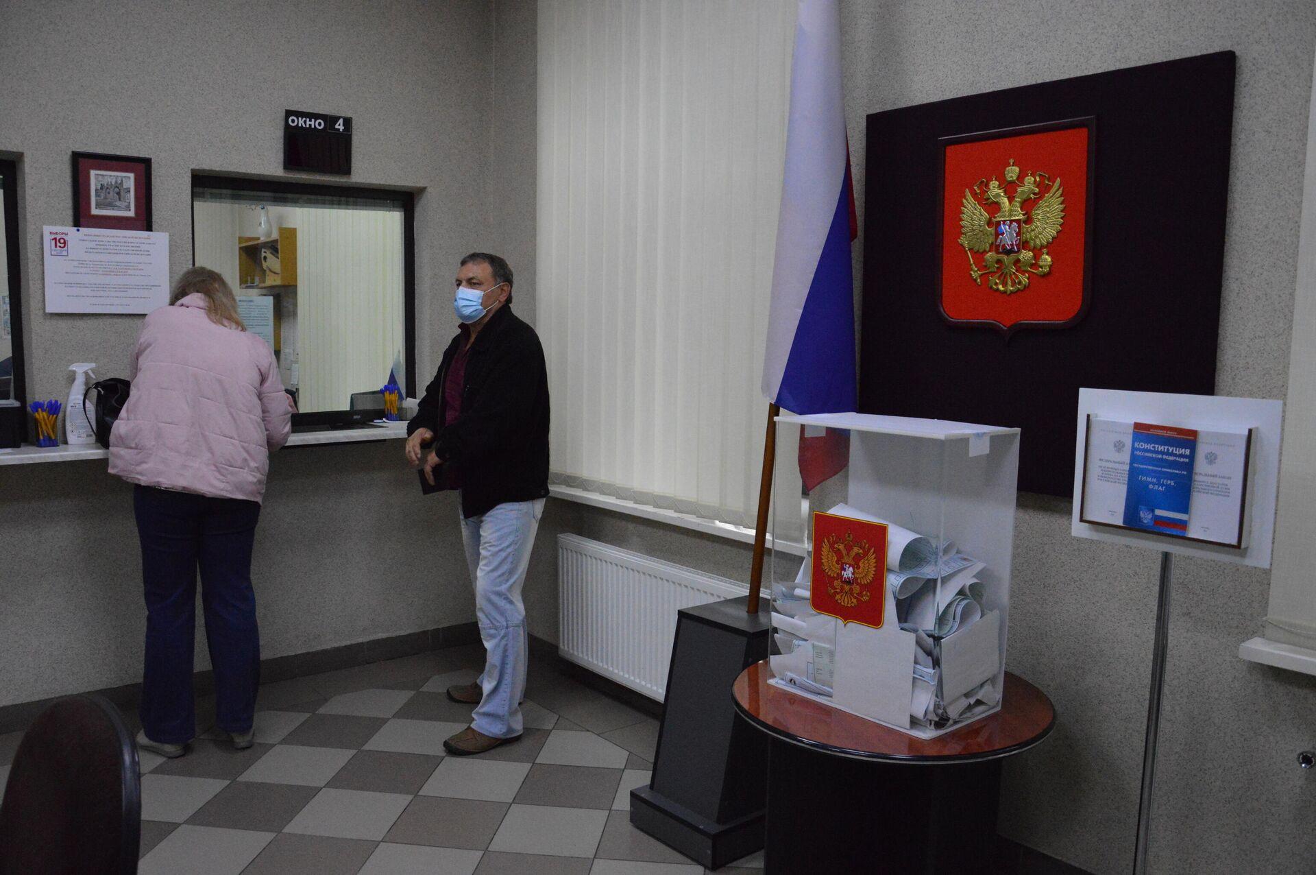 Избиратели - в масках, на участке есть антисептик, а документы принимают через окошки - Sputnik Беларусь, 1920, 19.09.2021