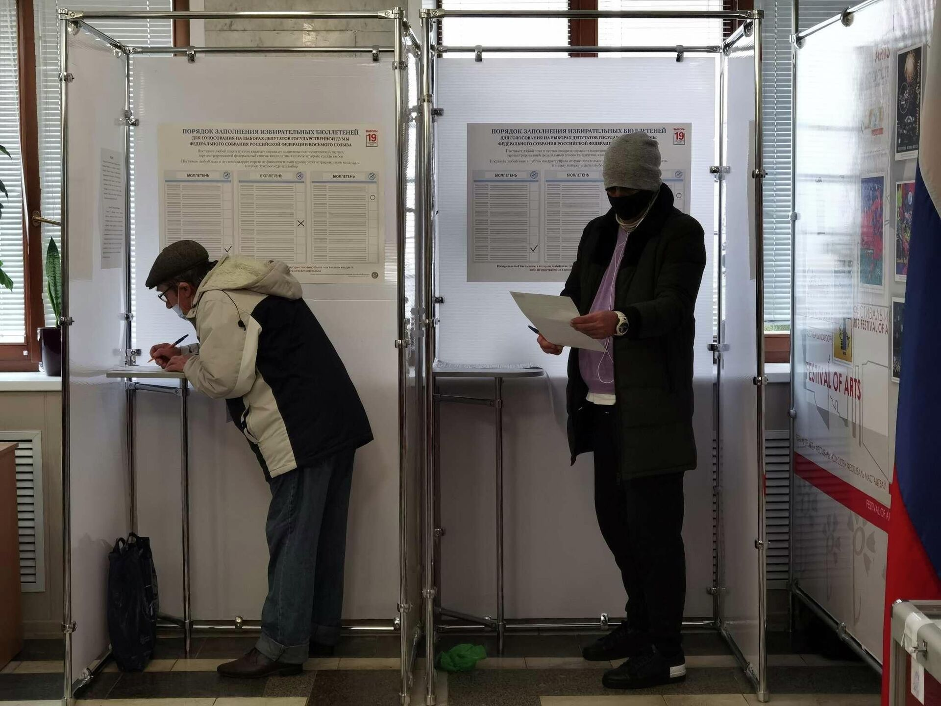 На участке приняли все необходимые меры эпидемиологической безопасности, а кабинки для голосования сделали открытыми, чтобы воздух в них застаивался - Sputnik Беларусь, 1920, 19.09.2021