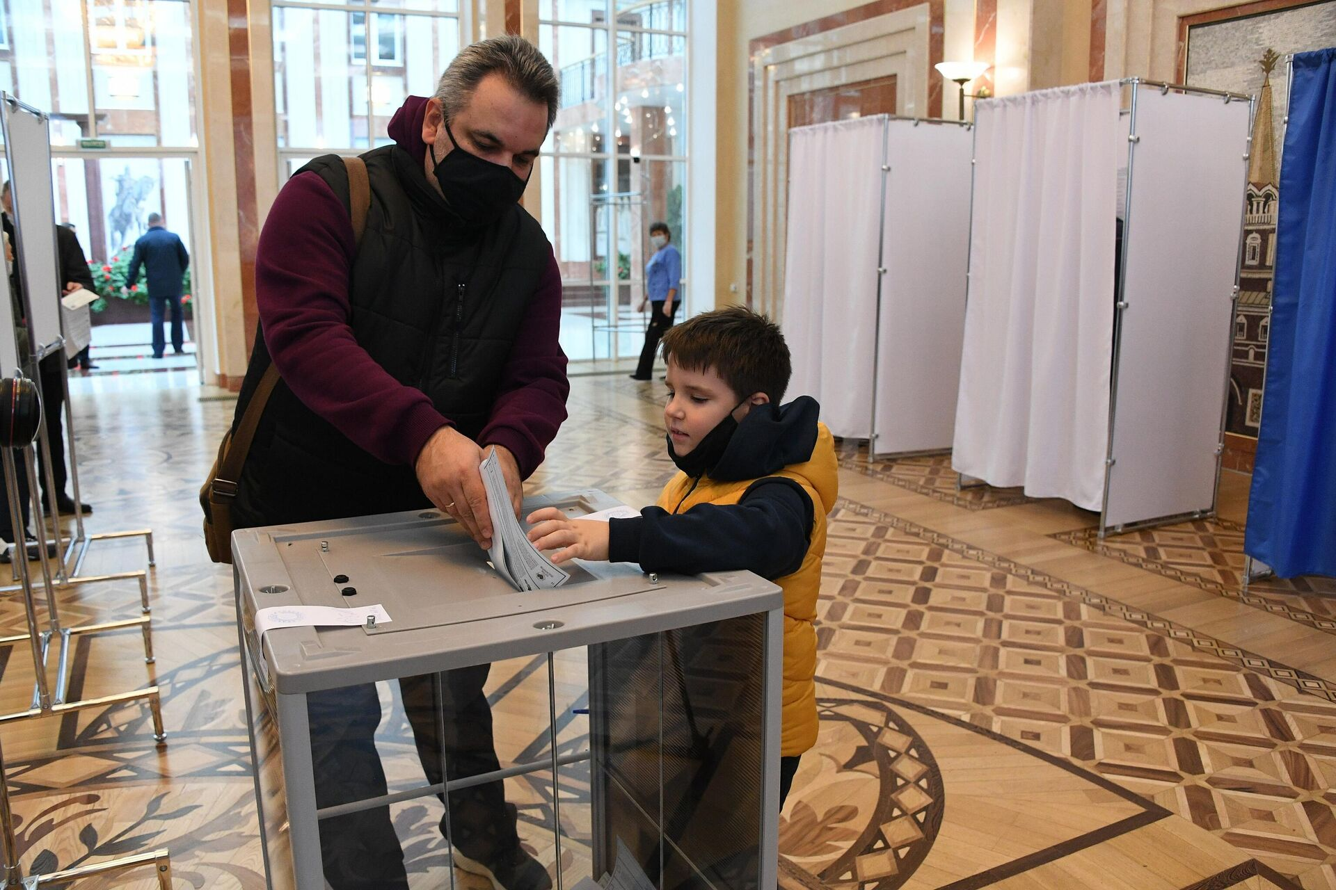 Россиянин Сергей пришел с сыном Сашей, который родился уже в Беларуси - Sputnik Беларусь, 1920, 19.09.2021