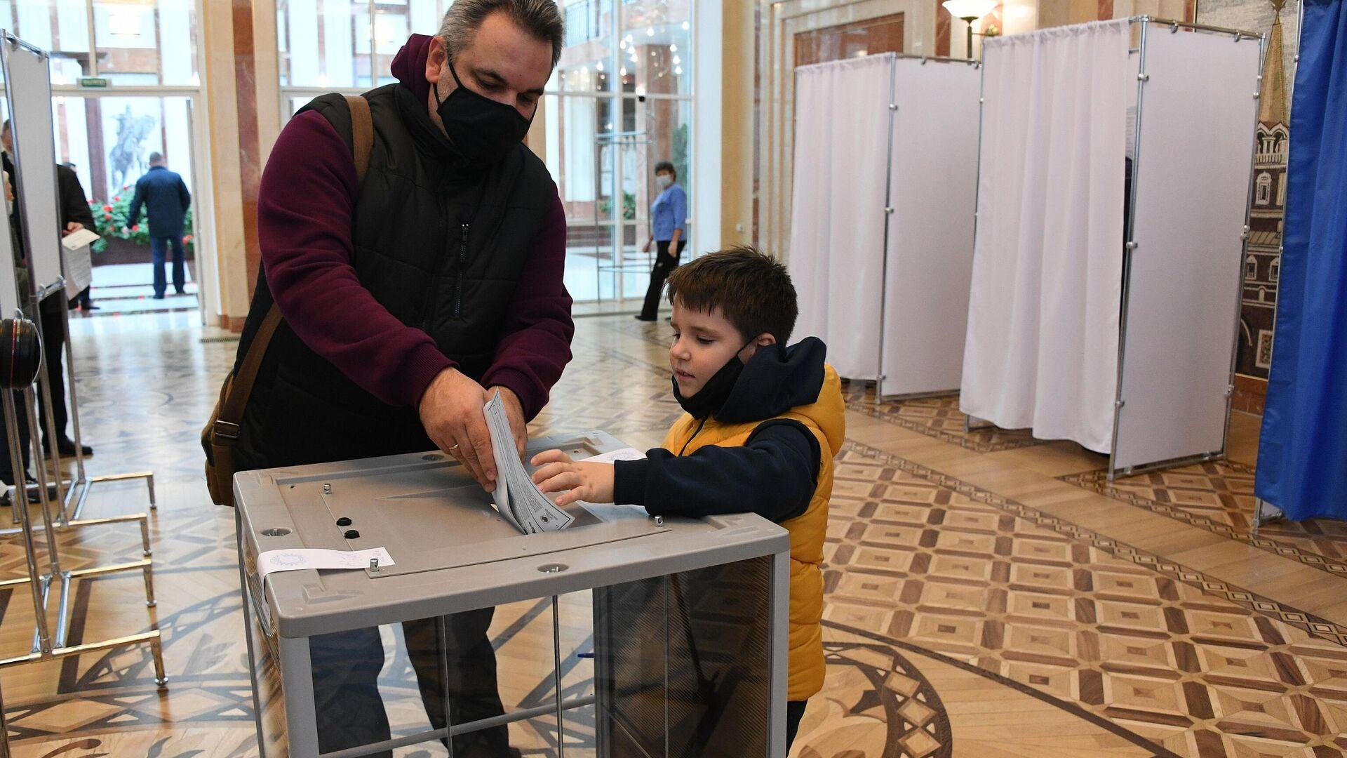 Россиянин Сергей пришел с сыном Сашей, который родился уже в Беларуси - Sputnik Беларусь, 1920, 20.09.2021