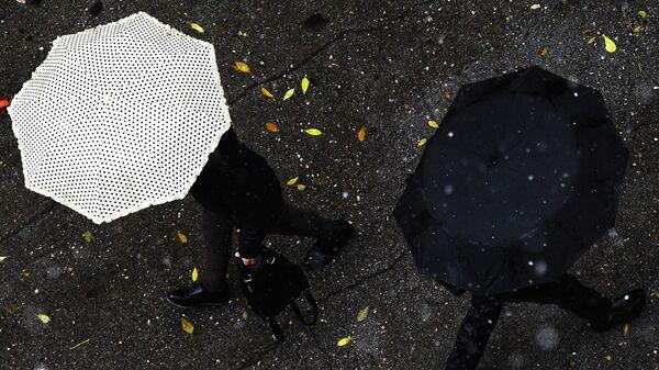 Прохожие во время дождя - Sputnik Беларусь