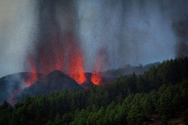 Вулкан, относящийся к  вулканической гряде Кумбре-Вьеха на испанском острове Пальма в Атлантическом океане, проснулся в воскресенье после недельного нарастания сейсмической активности. - Sputnik Беларусь