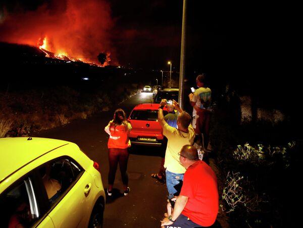 Жители наблюдают за извержением вулкана в национальном парке Кумбре Вьеха в Эль-Пасо. - Sputnik Беларусь