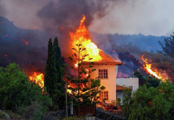 В результате извержения вулкана в национальном парке Кумбре Вьеха в Лос-Льянос-де-Аридане начались пожары. - Sputnik Беларусь
