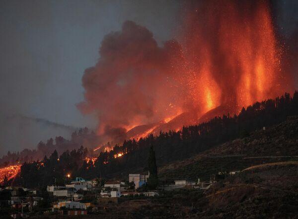 Столбы дыма, пепла и лавы обрушились на города Эль-Пасо и Лос-Льянос-де-Аридане. - Sputnik Беларусь