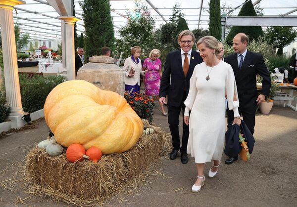 На выставе ўжо пабывалі прынц Эдвард, граф Уэсекскі (справа) і яго жонка графіня Сафі Уэсекская - між іншым, любімая нявестка каралевы. - Sputnik Беларусь