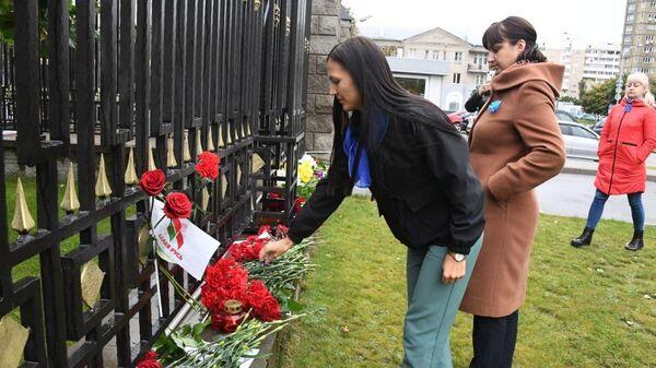 Минчане несут цветы к российскому посольству - Sputnik Беларусь