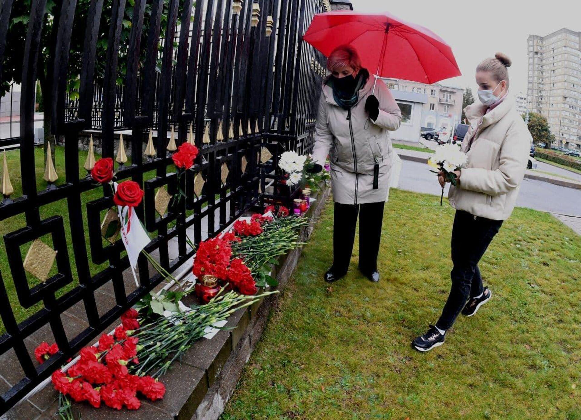 Минчане несут цветы к российскому посольству - Sputnik Беларусь, 1920, 21.09.2021