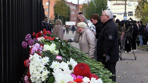 Мемориалы скорби и очередь у станции переливания крови: трагедия в Перми - Sputnik Беларусь