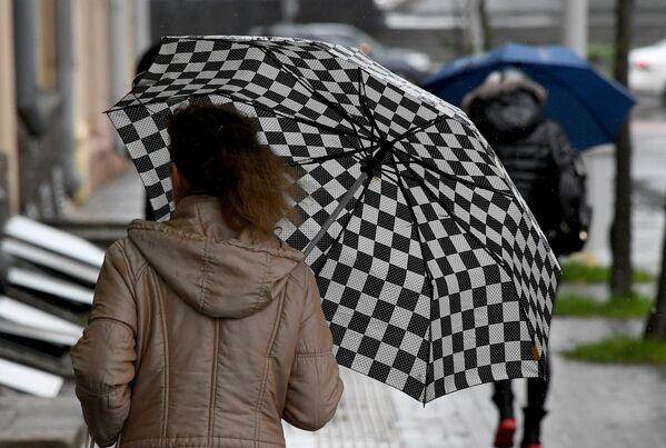 Прохожие под зонтом - Sputnik Беларусь