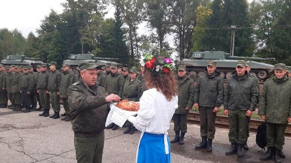 Эшелон с военнослужащими 19-й отдельной механизированной бригады прибыл на станцию Заслоново - Sputnik Беларусь