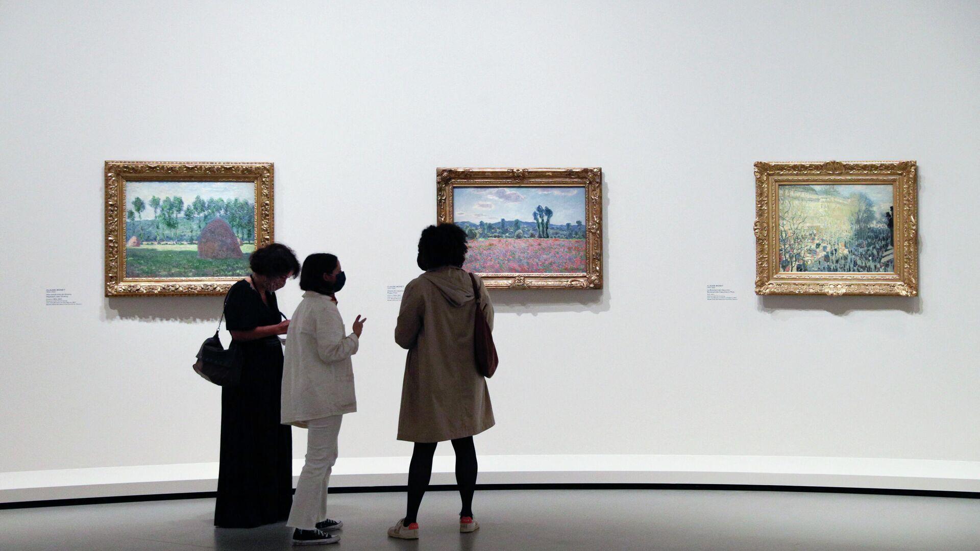 Посетители смотрят на работы французского художника Пьера Боннара во время пресс-показа выставки коллекции братьев Морозовых в фонде Louis Vuitton в Париже - Sputnik Беларусь, 1920, 23.09.2021