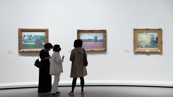Посетители смотрят на работы французского художника Пьера Боннара во время пресс-показа выставки коллекции братьев Морозовых в фонде Louis Vuitton в Париже - Sputnik Беларусь