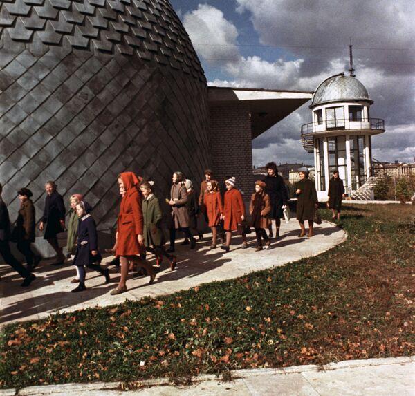 Дзеці каля планетарыя ў Цэнтральным парку імя Горкага, 1967-ы. - Sputnik Беларусь