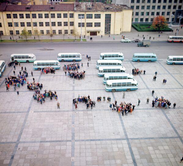 Аўтобусы з турыстамі на плошчы Леніна (цяпер Незалежнасці), 1966 год. - Sputnik Беларусь