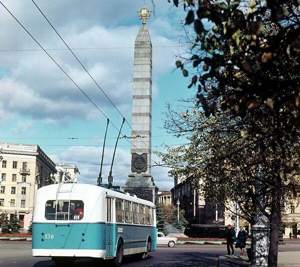 Тралейбус на плошчы Перамогі, 1966 год. - Sputnik Беларусь