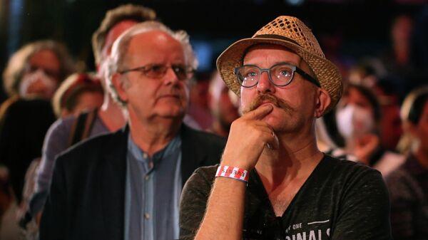 Сторонники левой партии Die Linke реагируют на результаты первых экзитполов на всеобщих выборах в Берлине, Германия, 26 сентября 2021 года.  - Sputnik Беларусь