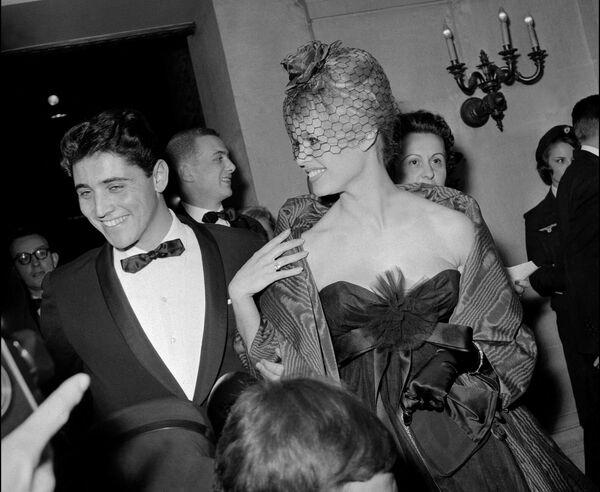 В 1958 году она завела роман с неизвестным тогда музыкантом Сашей Дистелем, который, благодаря их отношениям, мгновенно стал звездой. - Sputnik Беларусь