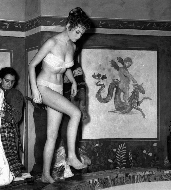 """Брижит Бардо в фильме """"Мой сын Нерон"""" (1956), в котором есть сцена с актрисой в наполненной молоком ванной. Она удостоилась положительных отзывов как критиков, так и зрителей. - Sputnik Беларусь"""