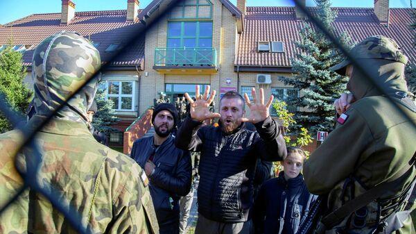 Група мігрантаў утрымліваецца каля пагранічнага паста ў Міхалова, Польшча, 27 верасня 2021 года - Sputnik Беларусь