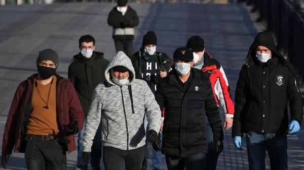 Пешеходы идут по Патриаршему мосту в Москве - Sputnik Беларусь