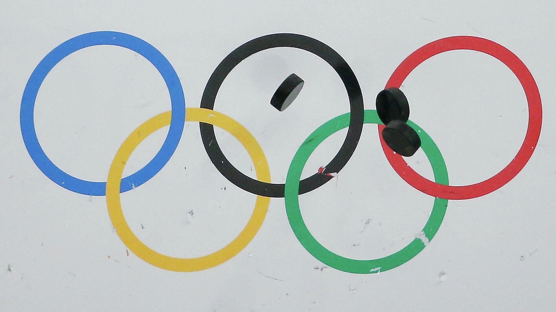 Шайбы на льду на фоне олимпийской символики - Sputnik Беларусь, 1920, 30.09.2021