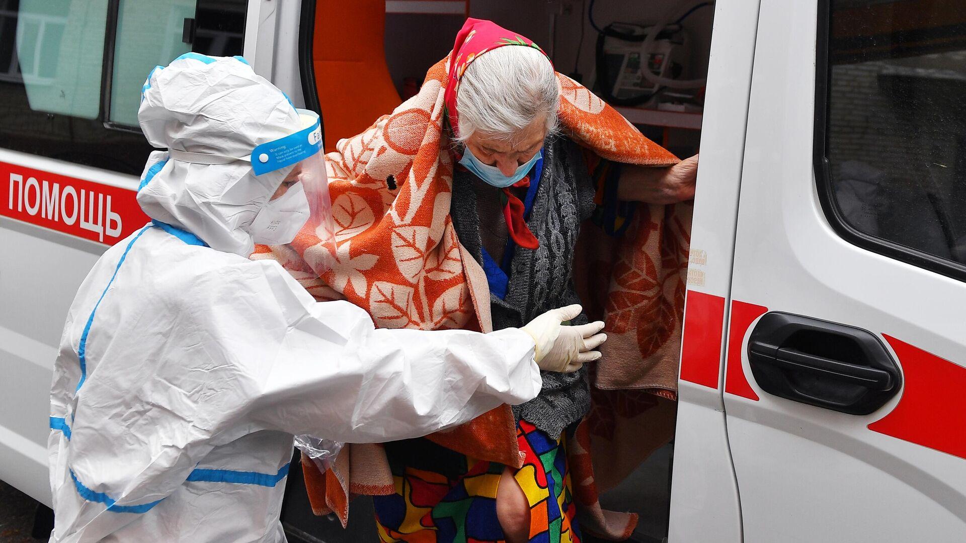 Медицинская сестра помогает выйти пациентке - Sputnik Беларусь, 1920, 30.09.2021