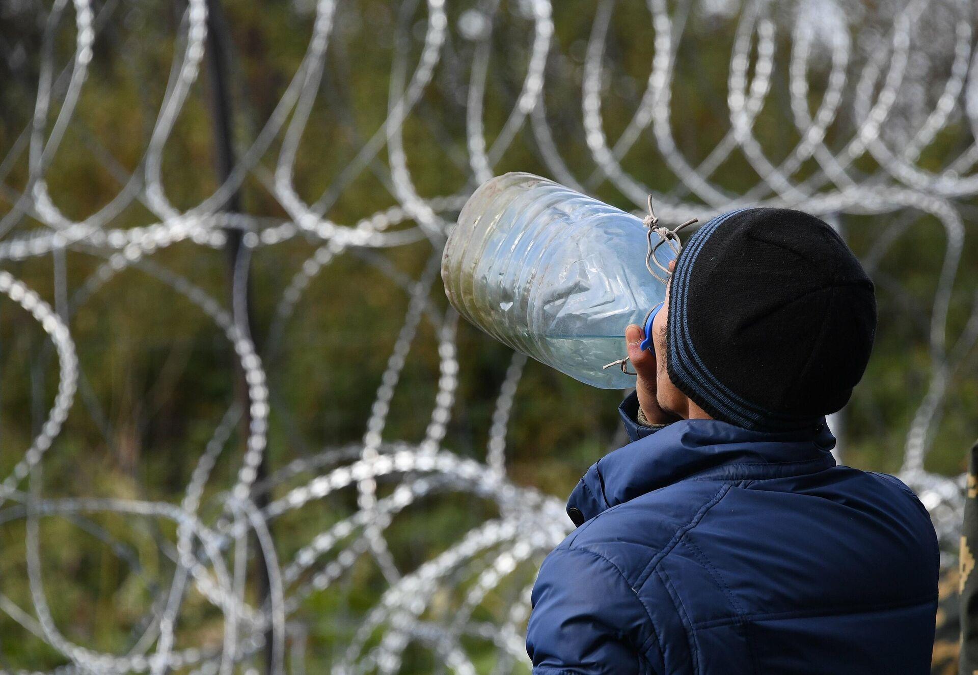 Многие мигранты жалуются на проблемы с желудком: им приходится пить воду прямо из местной речки - Sputnik Беларусь, 1920, 30.09.2021