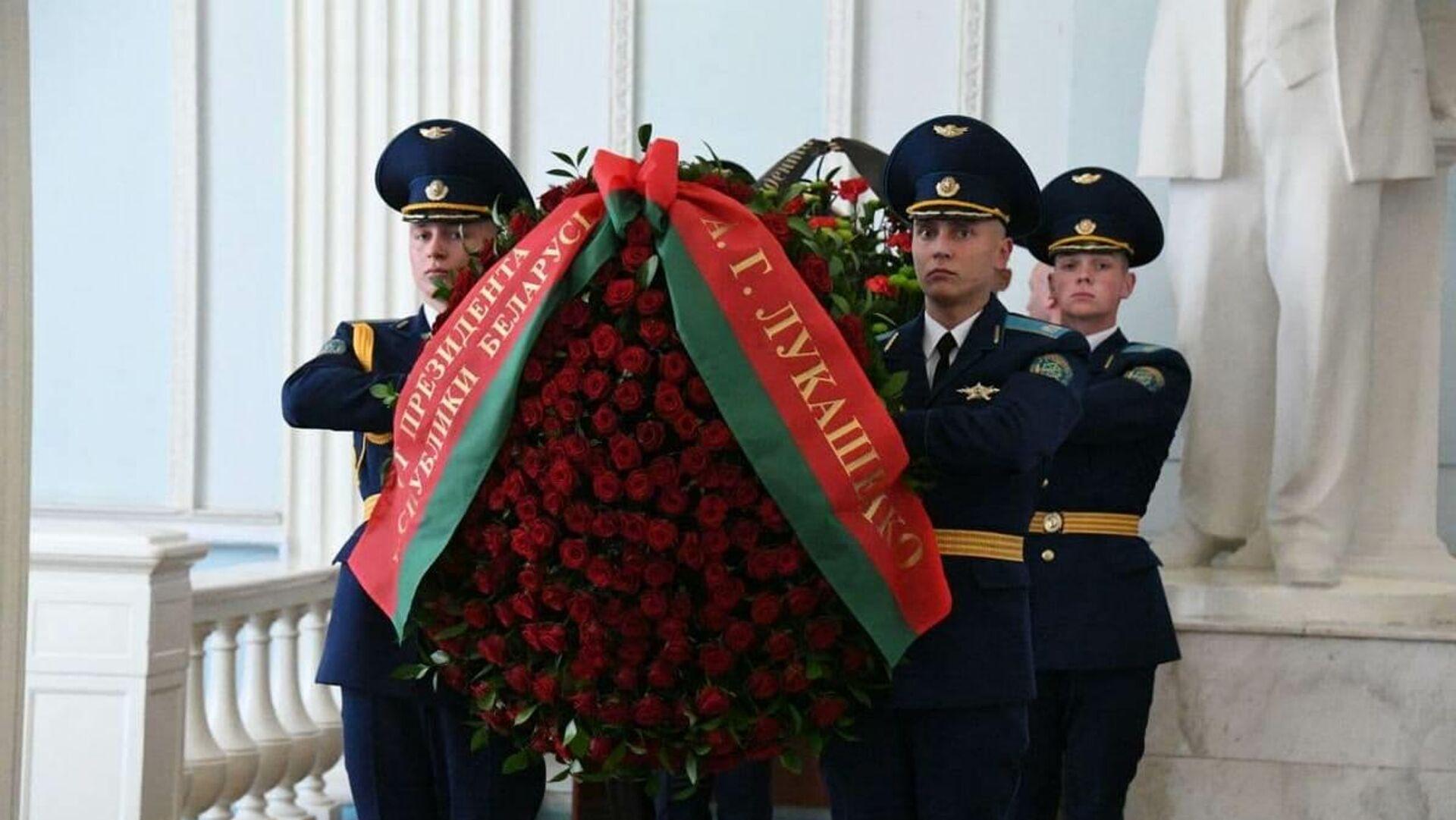 Венок от имени президента Александра Лукашенко погибшему офицеру КГБ - Sputnik Беларусь, 1920, 01.10.2021