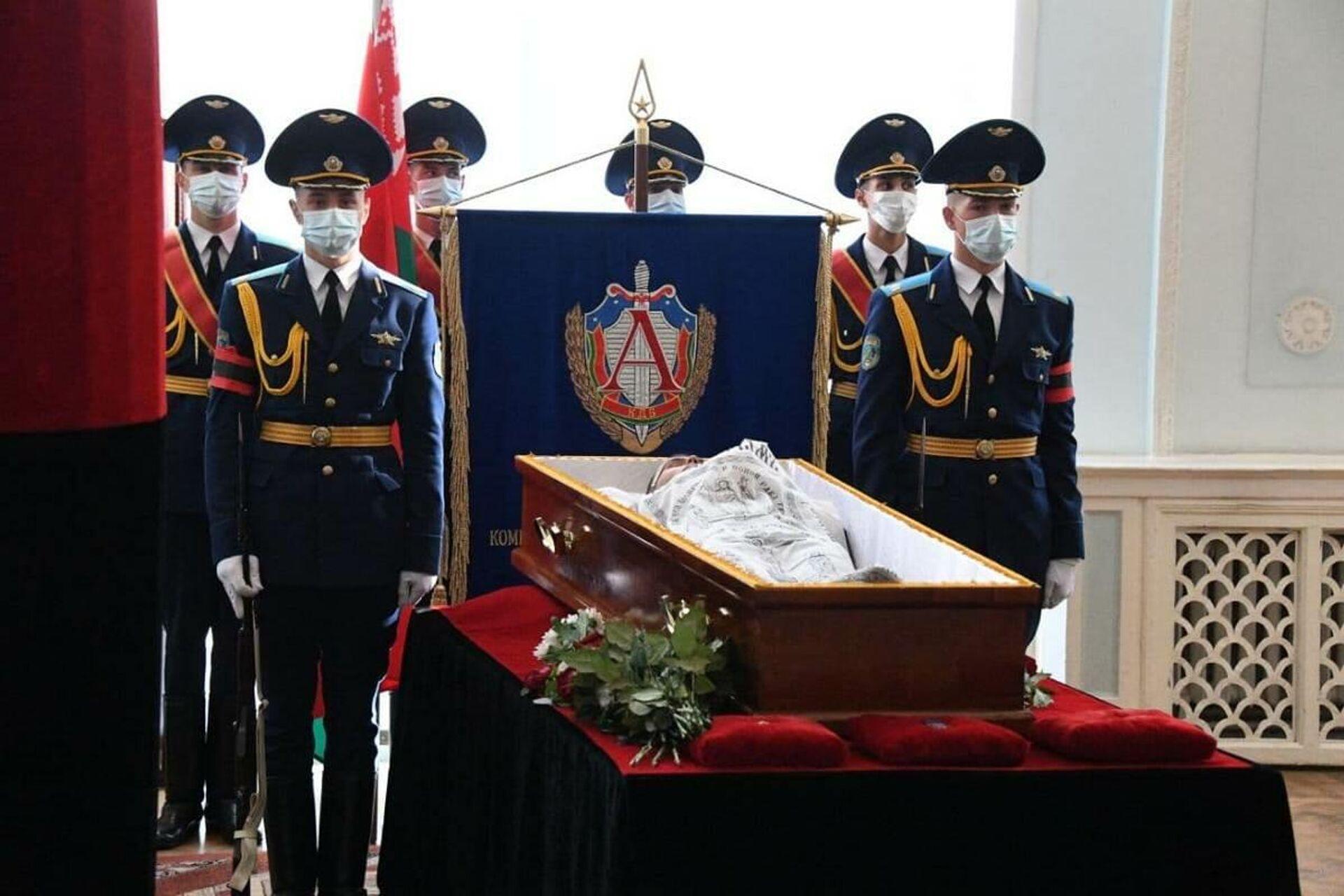 Церемония прощания проходит с участием роты почетного караула - Sputnik Беларусь, 1920, 01.10.2021