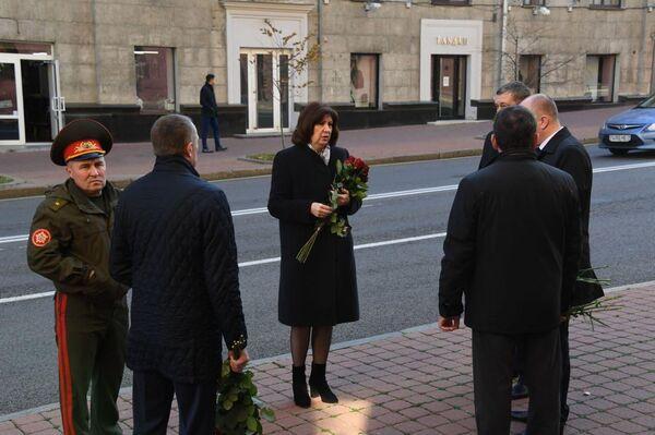 На церемонию прощания с бойцом КГБ приехала глава Совета Республики Наталья Кочанова - Sputnik Беларусь