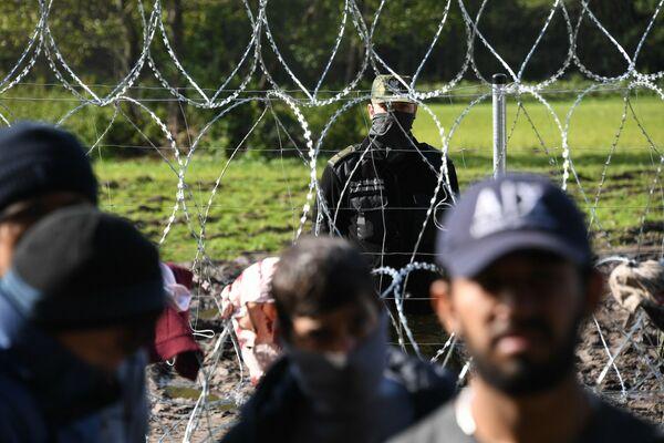 32 мигранта, застрявших на польско-белорусской границе, с ужасом ждут прихода зимы и не знают, что им делать дальше. - Sputnik Беларусь