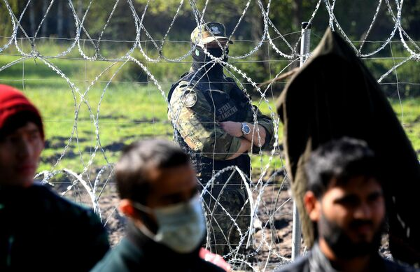На фото: польские пограничники на белорусско-польской границе. - Sputnik Беларусь