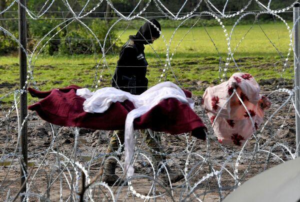 Варшава настаивает: беженцы - за ограждением, а значит, уже белорусская проблема. По факту же – люди застряли где-то прямо на границе двух государств. - Sputnik Беларусь