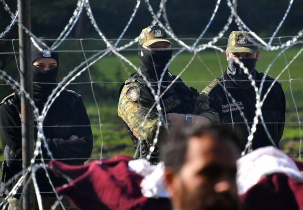 Вместо того, чтобы провести необходимые официальные действия с нелегалами и поместить в лагерь для беженцев, буквально вытолкнули туда, откуда они пришли – оттеснили к Беларуси. - Sputnik Беларусь