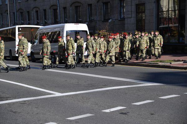К Клубу имени Дзержинского, где проходит церемония прощания с погибшим офицером КГБ, прибывают силовики из разных ведомств - Sputnik Беларусь