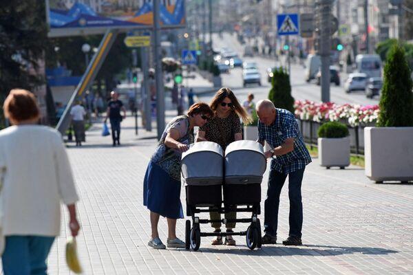 """У современных бабушек и дедушек полно """"своих планов"""", но нянчиться с внуками они по-прежнему любят. - Sputnik Беларусь"""