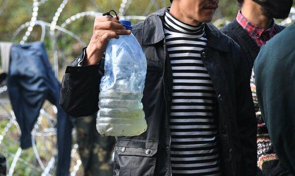 """Запасов воды у мигрантов нет: воду приходится набирать в ручье неподалеку. Она грязная, мутная и зеленоватого цвета. """"Но мы уже привыкли"""", - говорят беженцы. Конечно, туалета и возможности помыться тоже нет. - Sputnik Беларусь"""