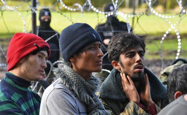Польша ввела режим ЧС и огородилась от потока нелегальных мигрантов колючей проволокой. - Sputnik Беларусь