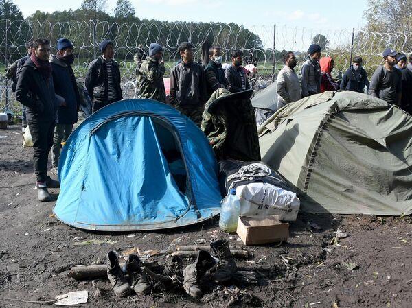 Во временном лагере на болоте условия тяжелейшие: люди живут среди непроходимой топи, окруженные с одной стороны колючей проволокой, с другой – белорусским лесом. - Sputnik Беларусь