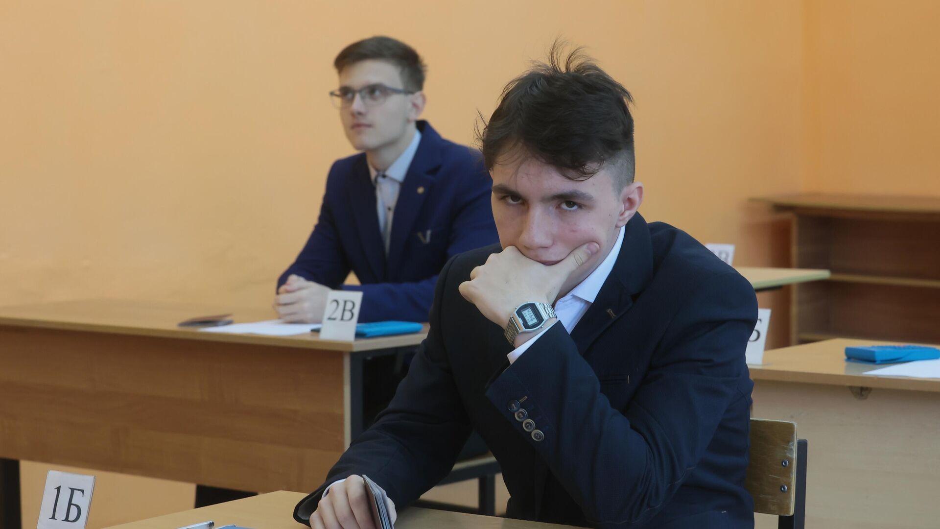Ученики во время экзамена - Sputnik Беларусь, 1920, 01.10.2021