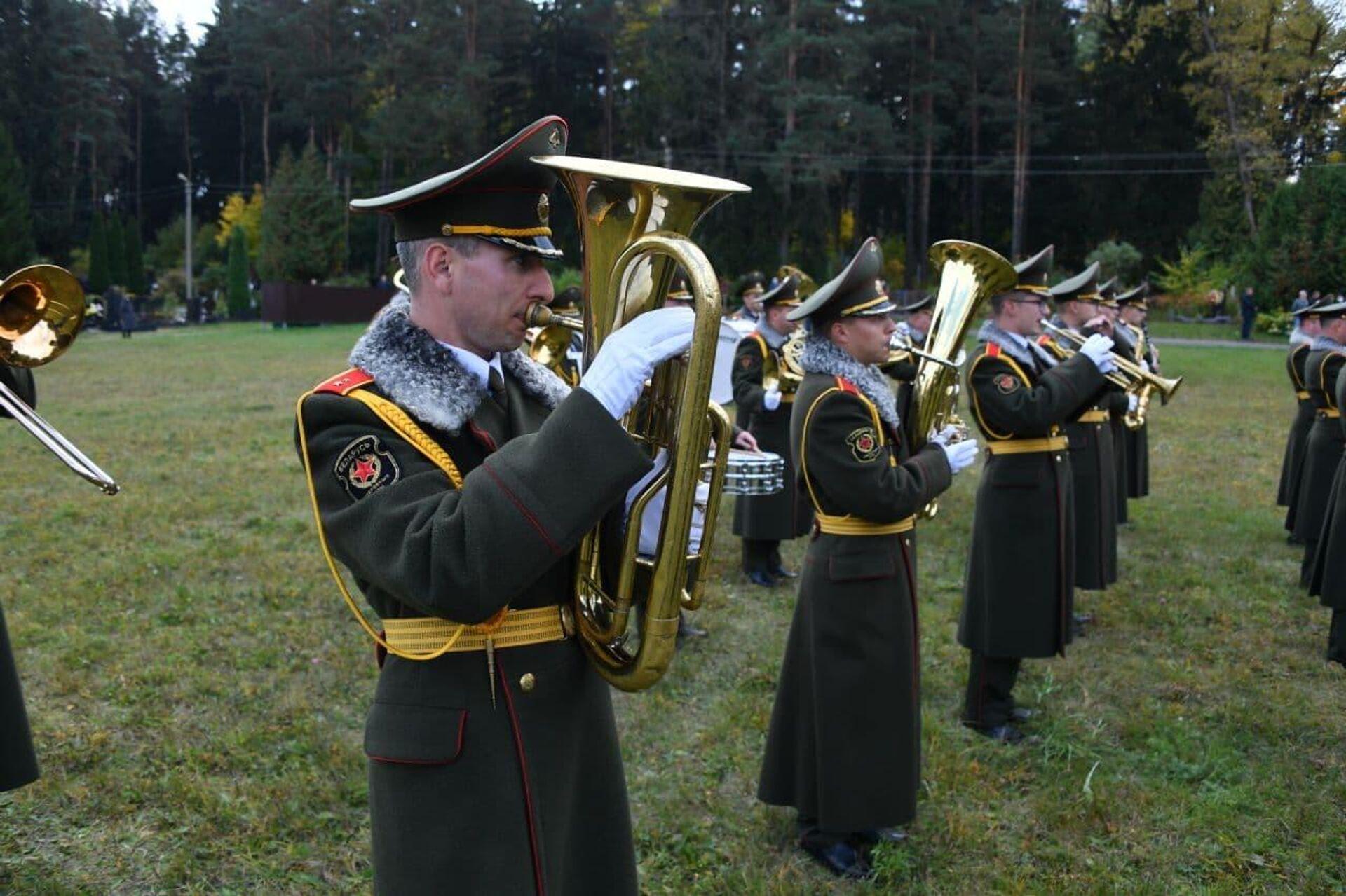 Военный оркестр на Восточном кладбище играл в день похорон офицера КГБ - Sputnik Беларусь, 1920, 01.10.2021