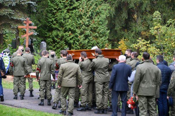 Гроб с телом Дмитрия Федосюка несут коллеги - Sputnik Беларусь