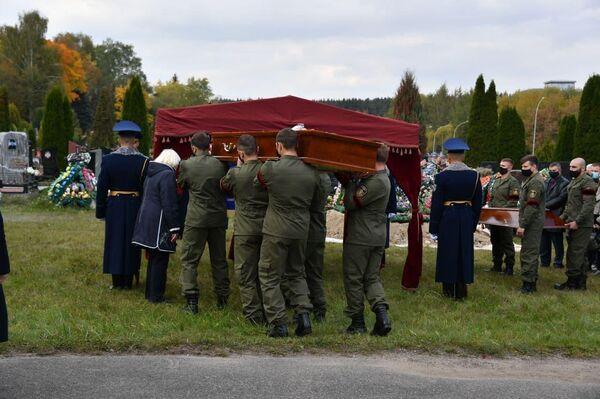 Похороны погибшего офицера КГБ Дмитрия Федосюка на Восточном кладбище Минска - Sputnik Беларусь