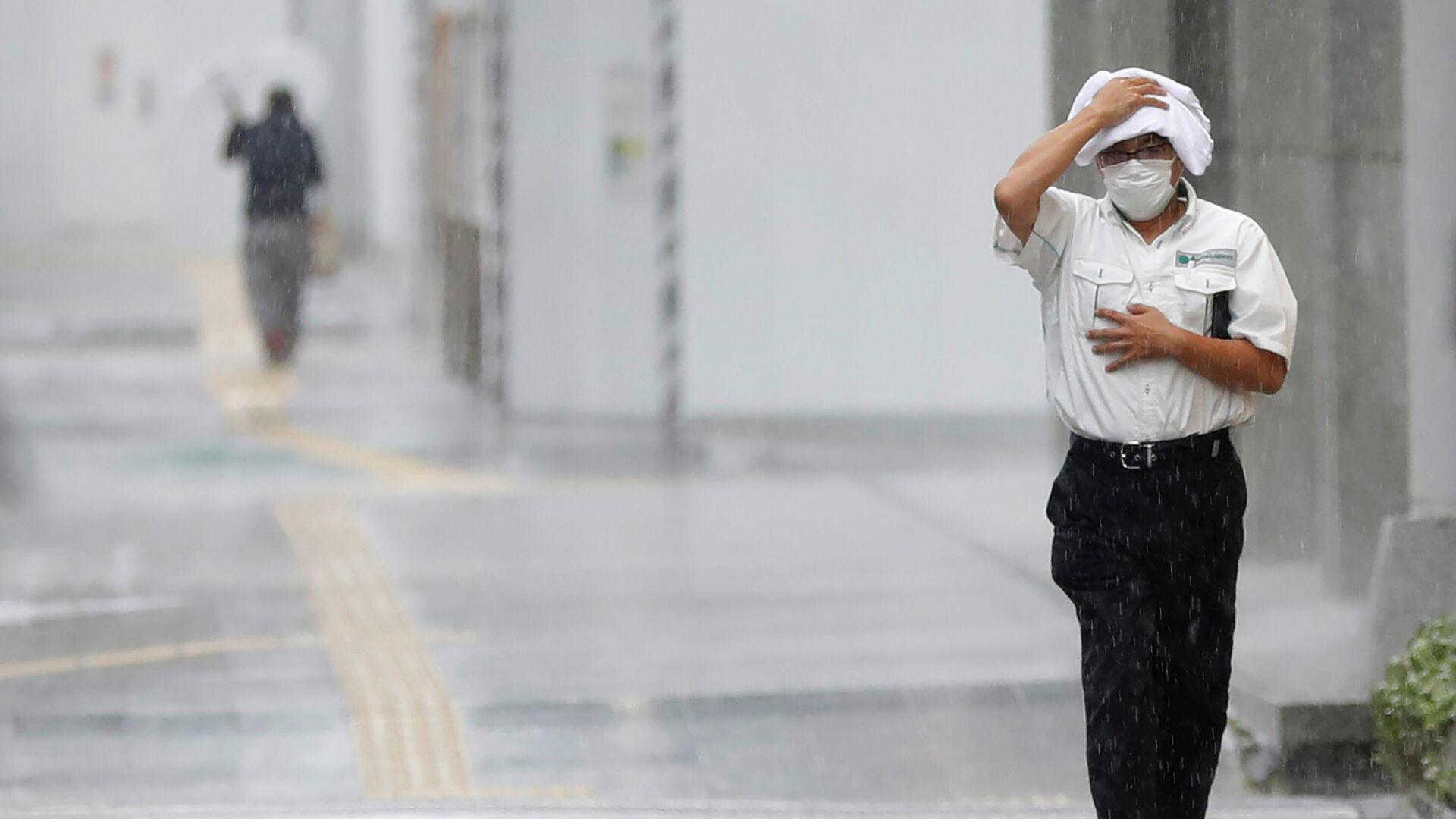 Мужчина идет по улице в Японии - Sputnik Беларусь, 1920, 05.10.2021