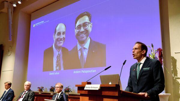 Томас Перлманн, секретарь Нобелевской ассамблеи и Нобелевского комитета, объявляет лауреатов Нобелевской премии 2021 года по физиологии и медицине - Sputnik Беларусь