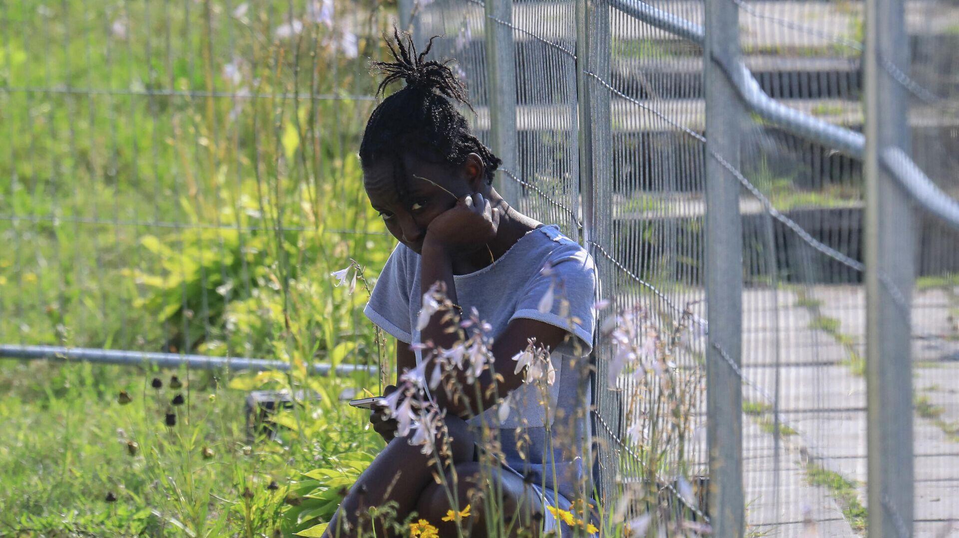 Девочка-мигрант на территории бывшей школы, превращенной в приют для беженцев, в деревне Виденяй, Литва  - Sputnik Беларусь, 1920, 05.10.2021