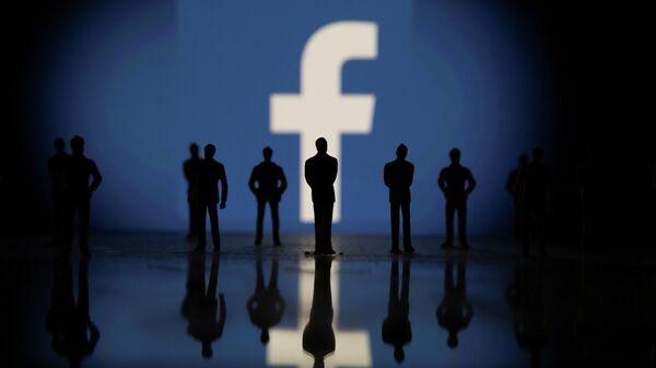 Фигурки людей на фоне логотипа Facebook  - Sputnik Беларусь